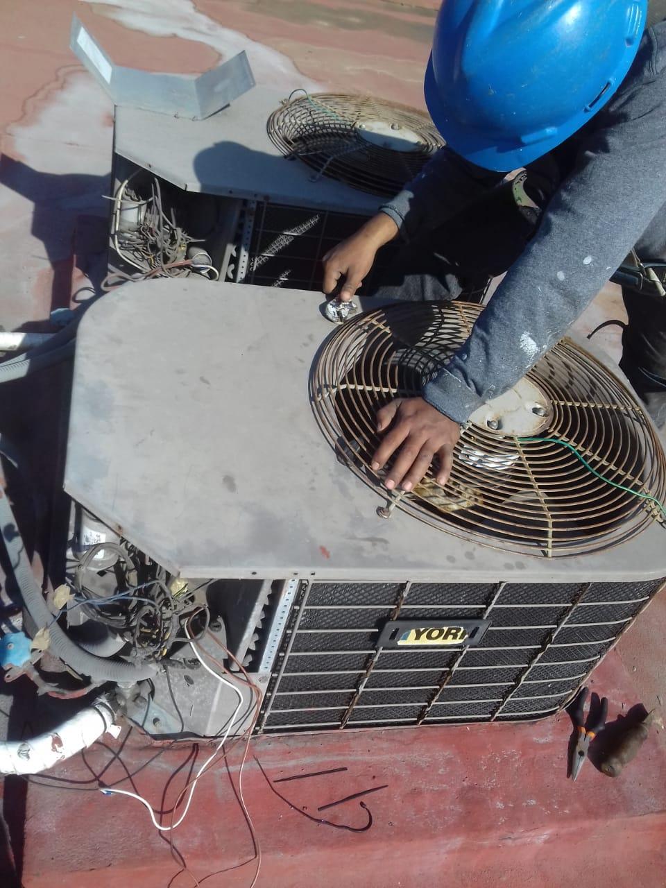 persona dando mantenimiento a ventilacion