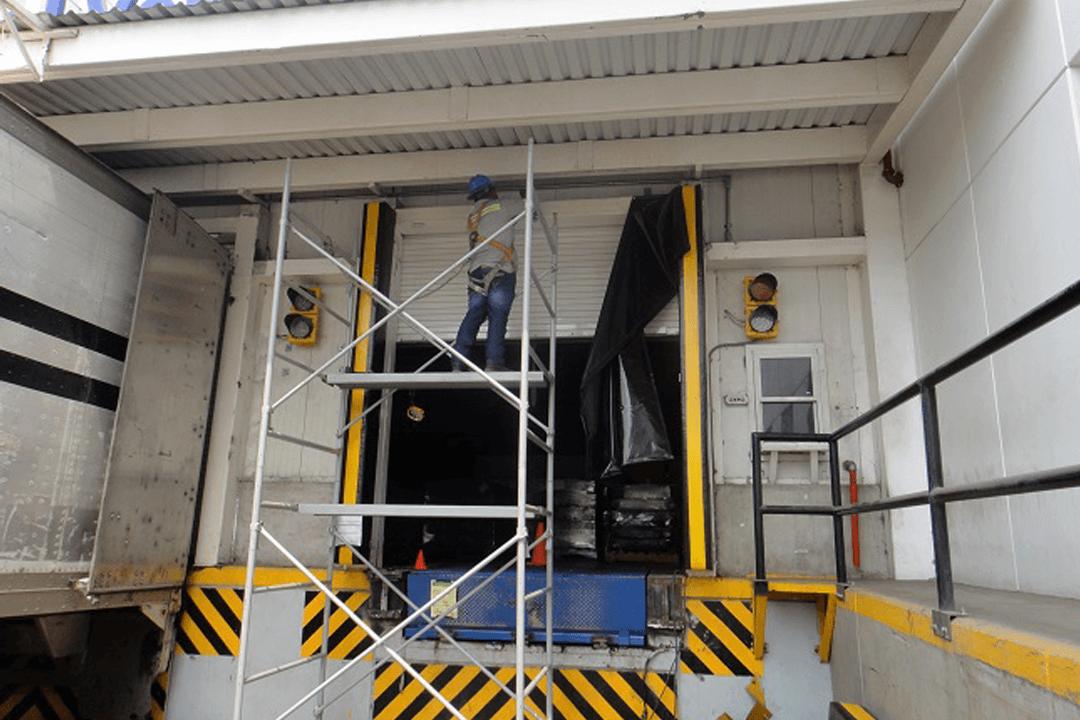 persona instalando cortina en anden de carga