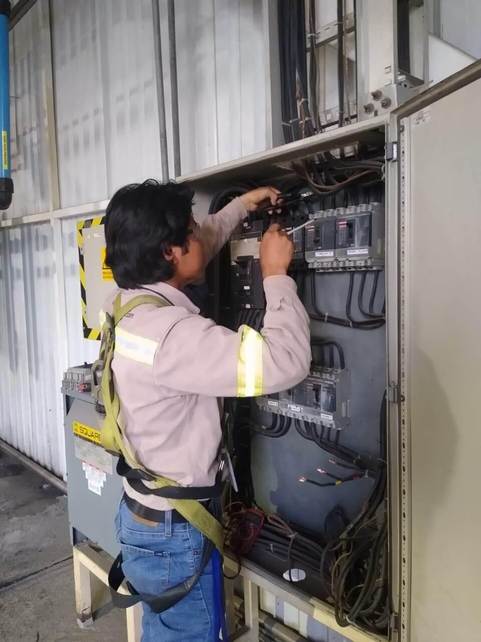 persona instalando una red electrica